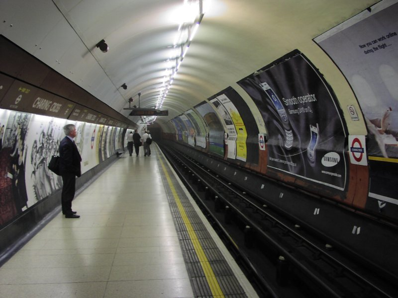 London_Underground_Charing_Cross_station.jpg